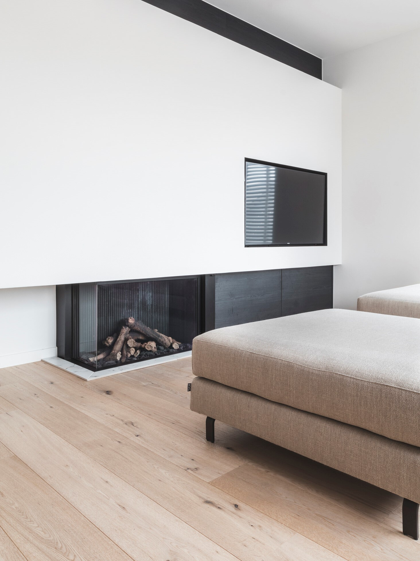 MONTCLARE light oak floor with fireplace