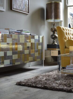 Magma mayon oak floor in livingroom with ochre and brass furniture