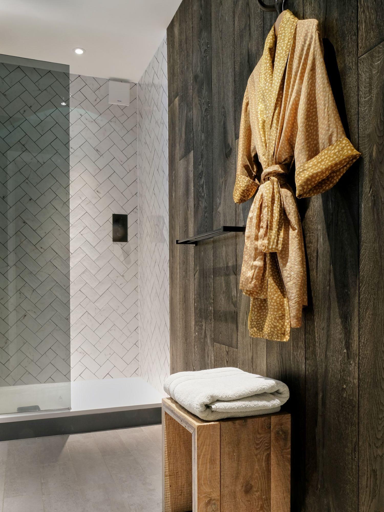 Magma mayon dark textured oak wallcladding in bathroom with brown kimono