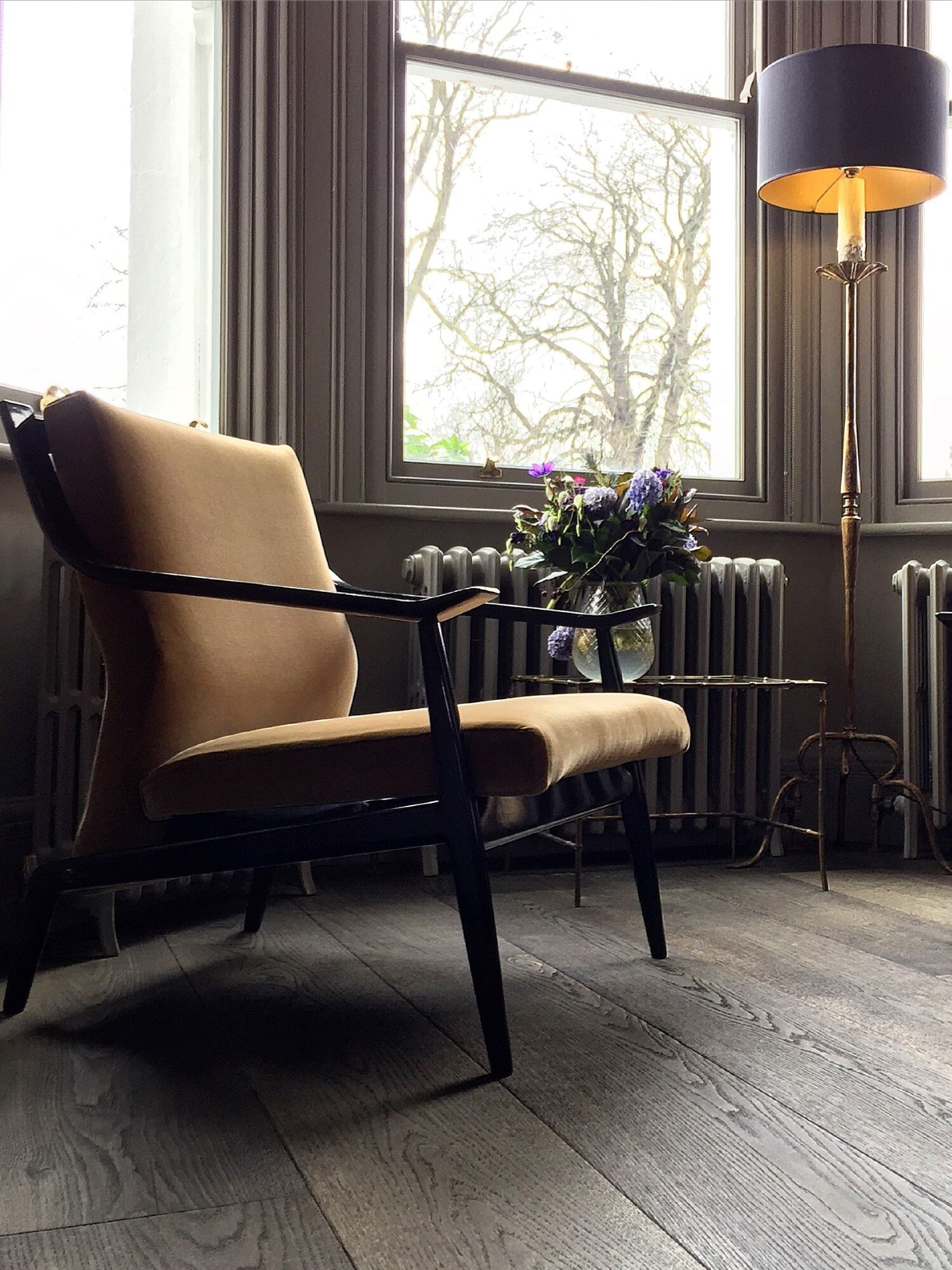 Magma mayon oak floor in baywindow with chair and black lamp